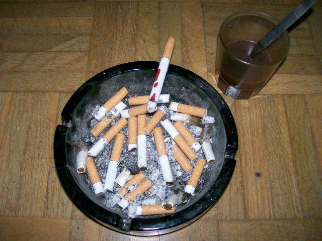 cigarrillo manchado de sangre