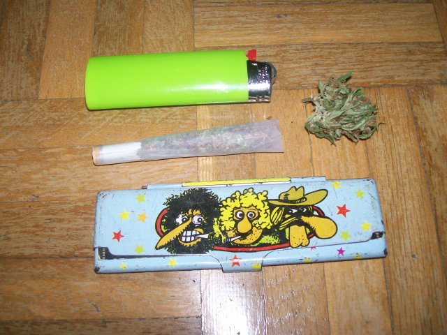 porro de marihuana con mechero cogollo y freak brothers