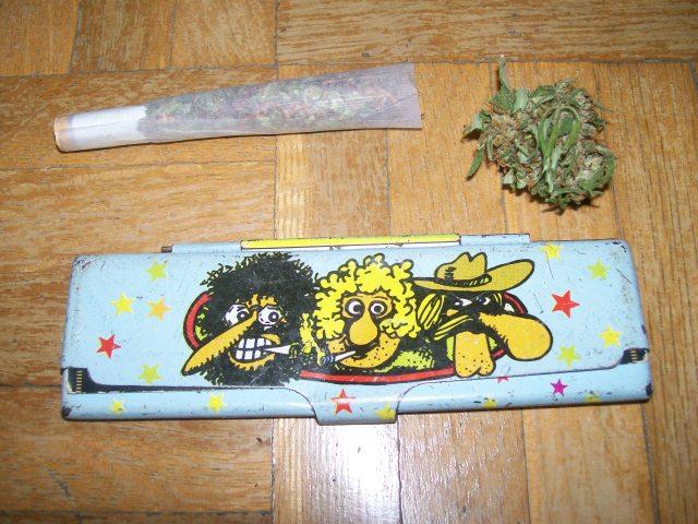 porro de marihuana con cogollo y freak brothers