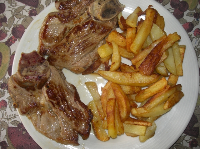 carne de cordero con patatas fritas
