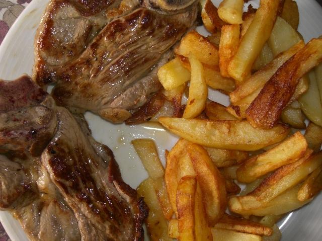 chuletas con patatas fritas