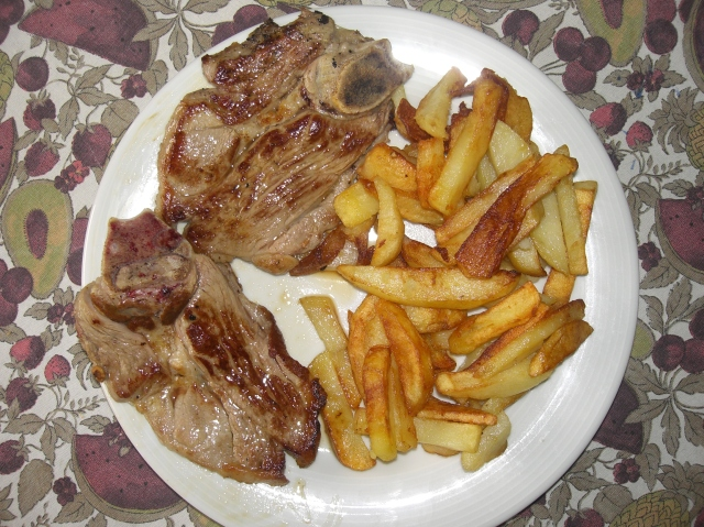 chuletas con patatas fritas caseras