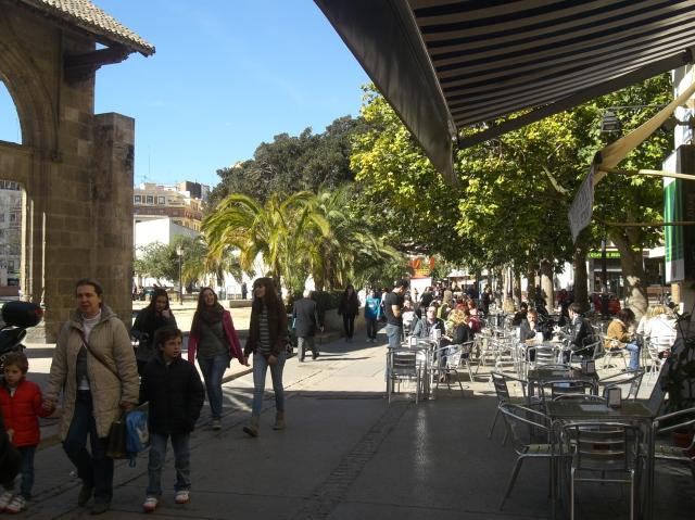 Dia soleado de 15 de marzo de 2013 en la calle del Hospital de Valencia.