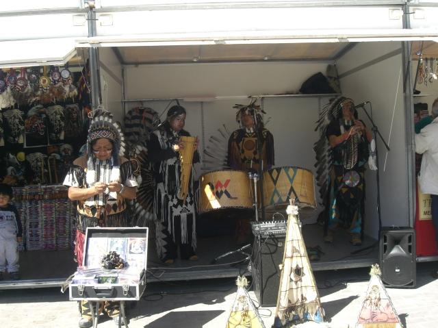 Indios americanos artistas en Fallas de Valencia 2013, junto a falla Na Jordana.