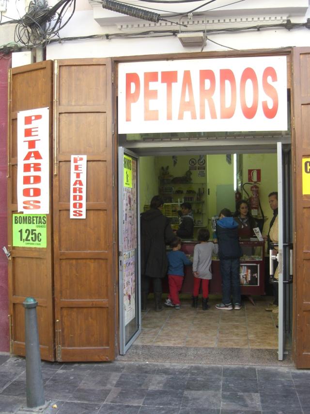 Tienda de petardos en calle Alta, Barrio del Carmen de Valencia, en fallas 2013.