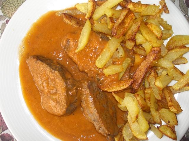Salsa de ternera con patatas fritas de guarnicion