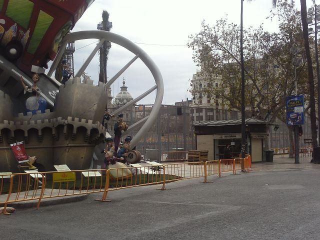 Plaza del Ayuntamiento Fallas 2013. Al fondo se ve la mascletá que dispararán a las 2 del mediodia.