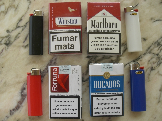 Advertencias sanitarias de los paquetes de tabaco comprados en marzo de 2013. Mecheros bic de surtidos colores.
