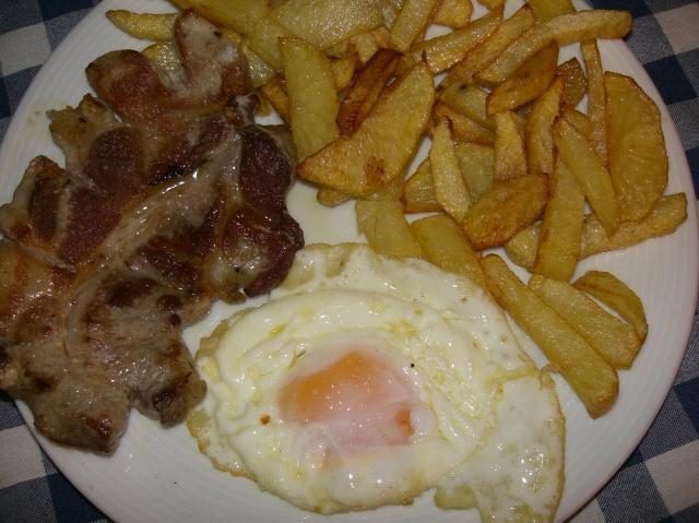 huevo frito con patatas fritas y filete de carne