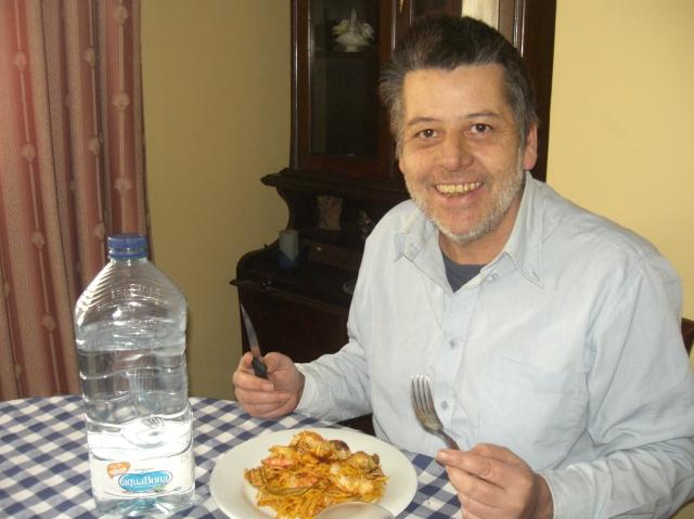 hombre comiendo fideua