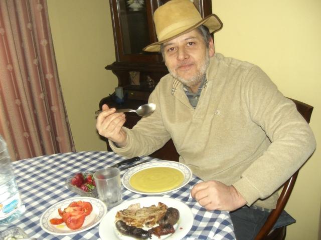 hombre con sombrero comiendo