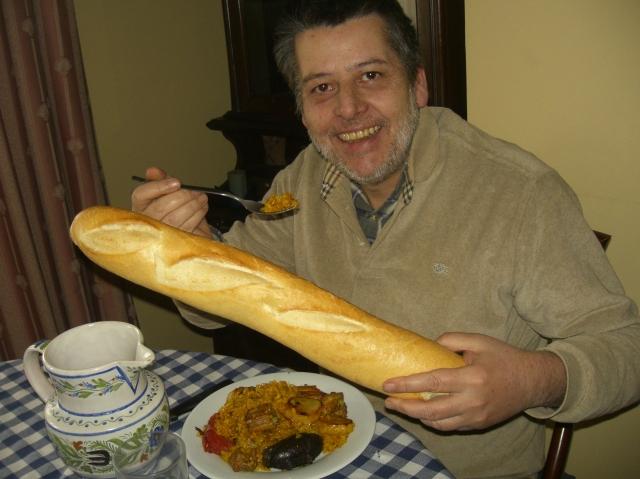 hombre con barra de pan y comida