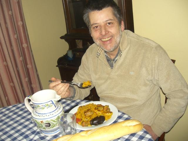 hombre comiendo arroz al horno