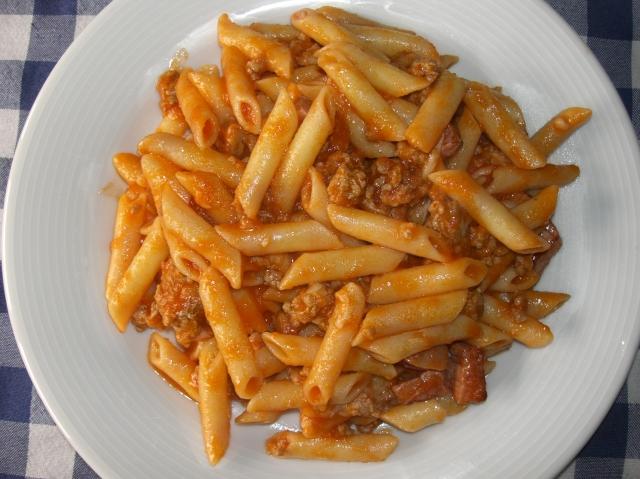 plato de macarrones con tomate