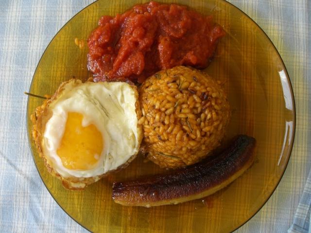 arroz a la cubana con huevo frito, tomate frito y platano frito