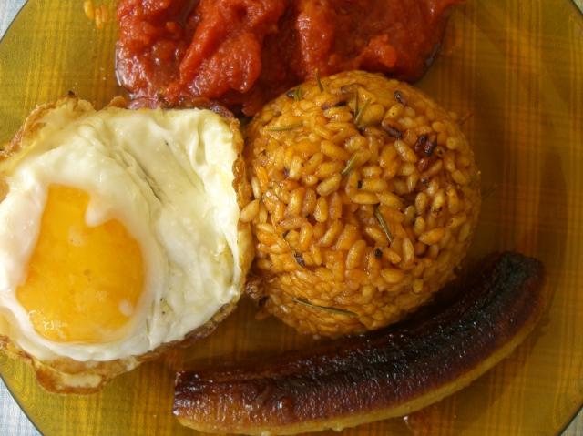 Arroz a la cubana con huevo, tomate y plátano frito.