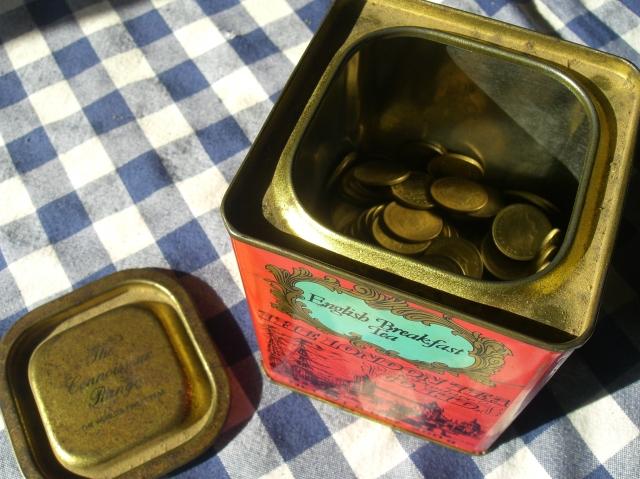 Bote metálico de Te con colección de pesetas
