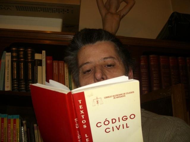 hombre leyendo el codigo civil