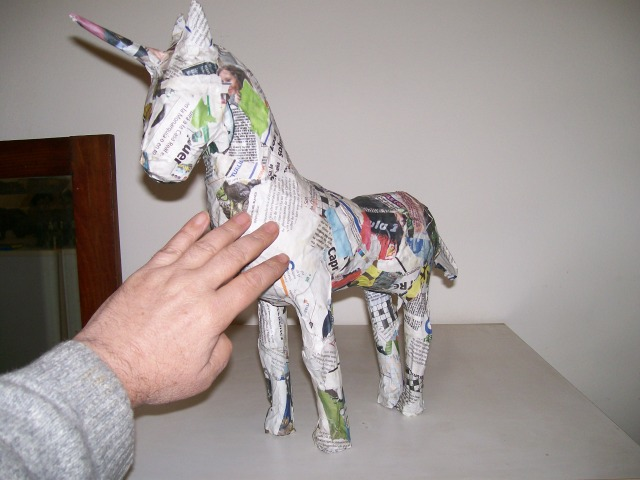 mano tocando unicornio