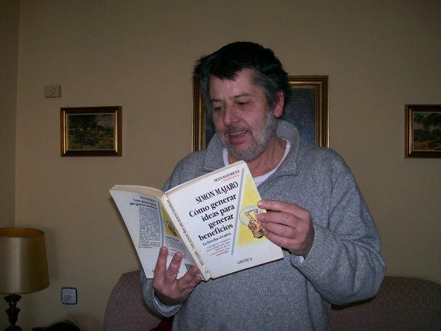 Foto de hoy 19-Febrero-2014, leyendo el libro de Simon Majaro
