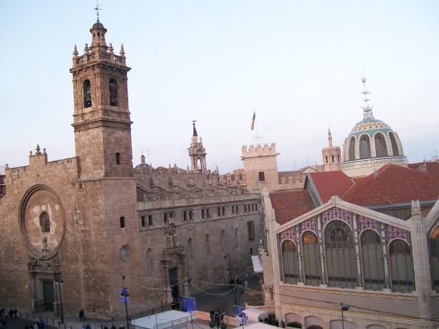 Vista de Valencia desde plaza ciudad de brujas: a la izquierda la iglesia de los Santos Juanes, en el centro la Lonja de la seda, y a la derecha el Mercado Central.