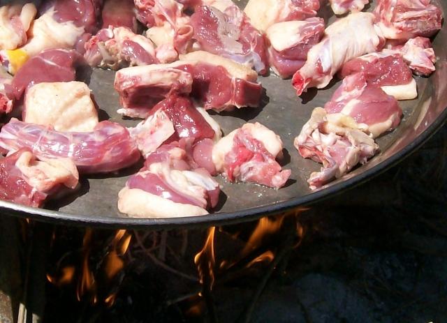 La carne de pato es de color rojo con mucha grasa. No se le pone aceite a la paella, de la cantidad de grasa que derrite.