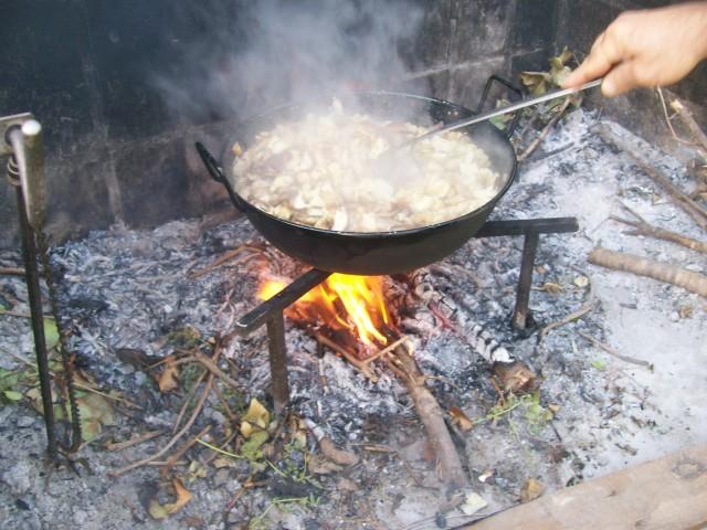 Hemos frito boletus a leña con cebolla, para envasar y congelar.