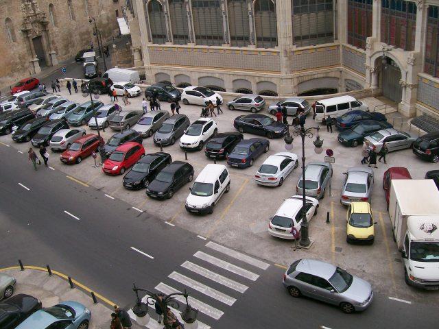 Plaza Ciudad de Brujas, domingo 23-11-2014, coches aparcados.