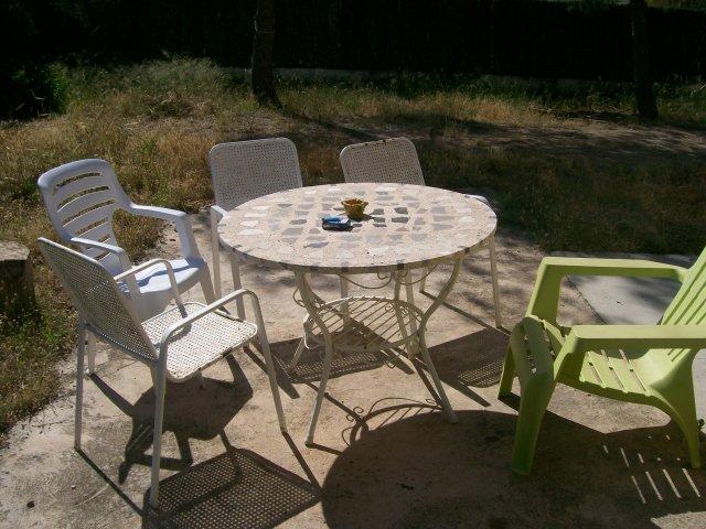 mesa con sillas vacias
