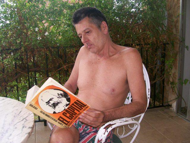 hombre leyendo el capital